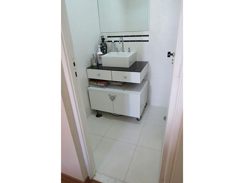 Jabaquara, Apartamento Padrão-Banheiro da suíte com piso de cerâmica, box de vidro e pia com cuba sobreposta e gabinete.