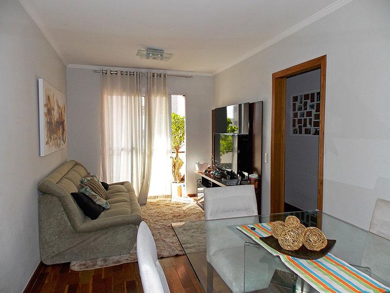 Jabaquara, Apartamento Padrão-Sala com piso de madeira, teto com moldura de gesso, iluminação embutida e acesso a varanda.