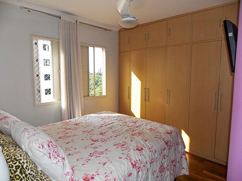 Jabaquara, Apartamento Padrão-1º Quarto com piso de madeira, teto com moldura de gesso e armários planejados.