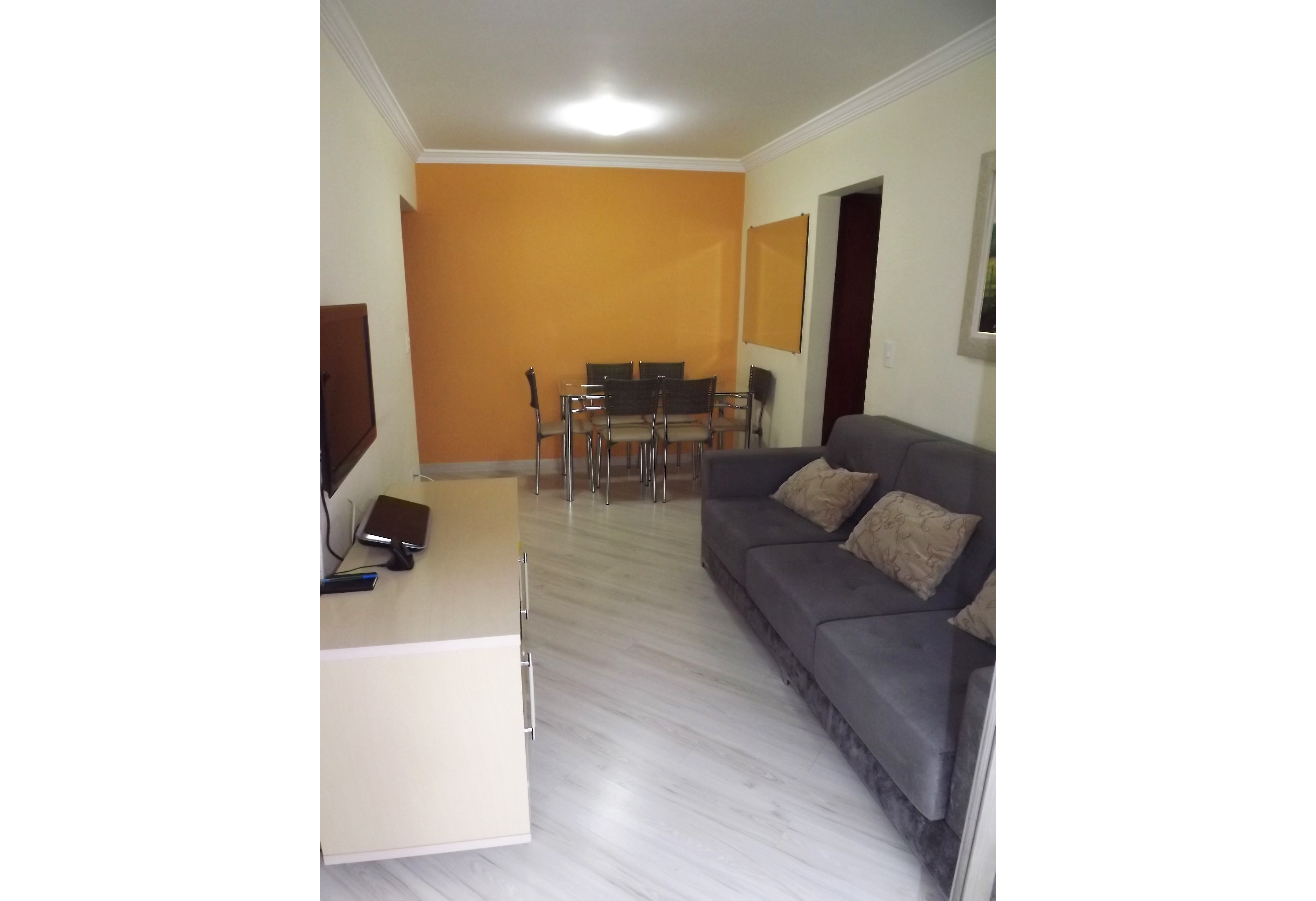 Sacomã, Apartamento Padrão - Sala retangular com piso laminado, teto com moldura de gesso e acesso à varanda