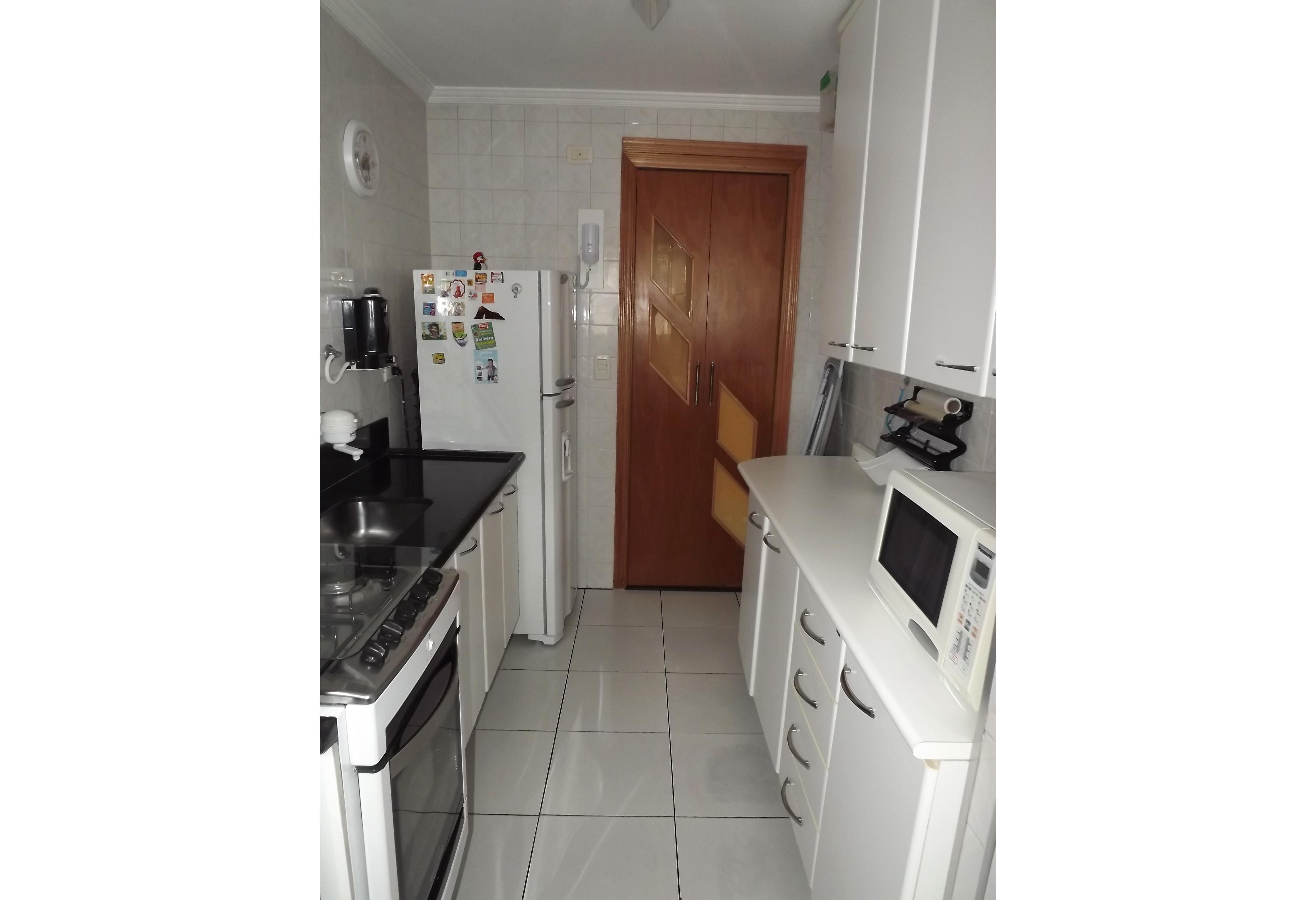 Sacomã, Apartamento Padrão-Cozinha com piso de cerâmica, armários planejados, teto com moldura de gesso e pia de granito.