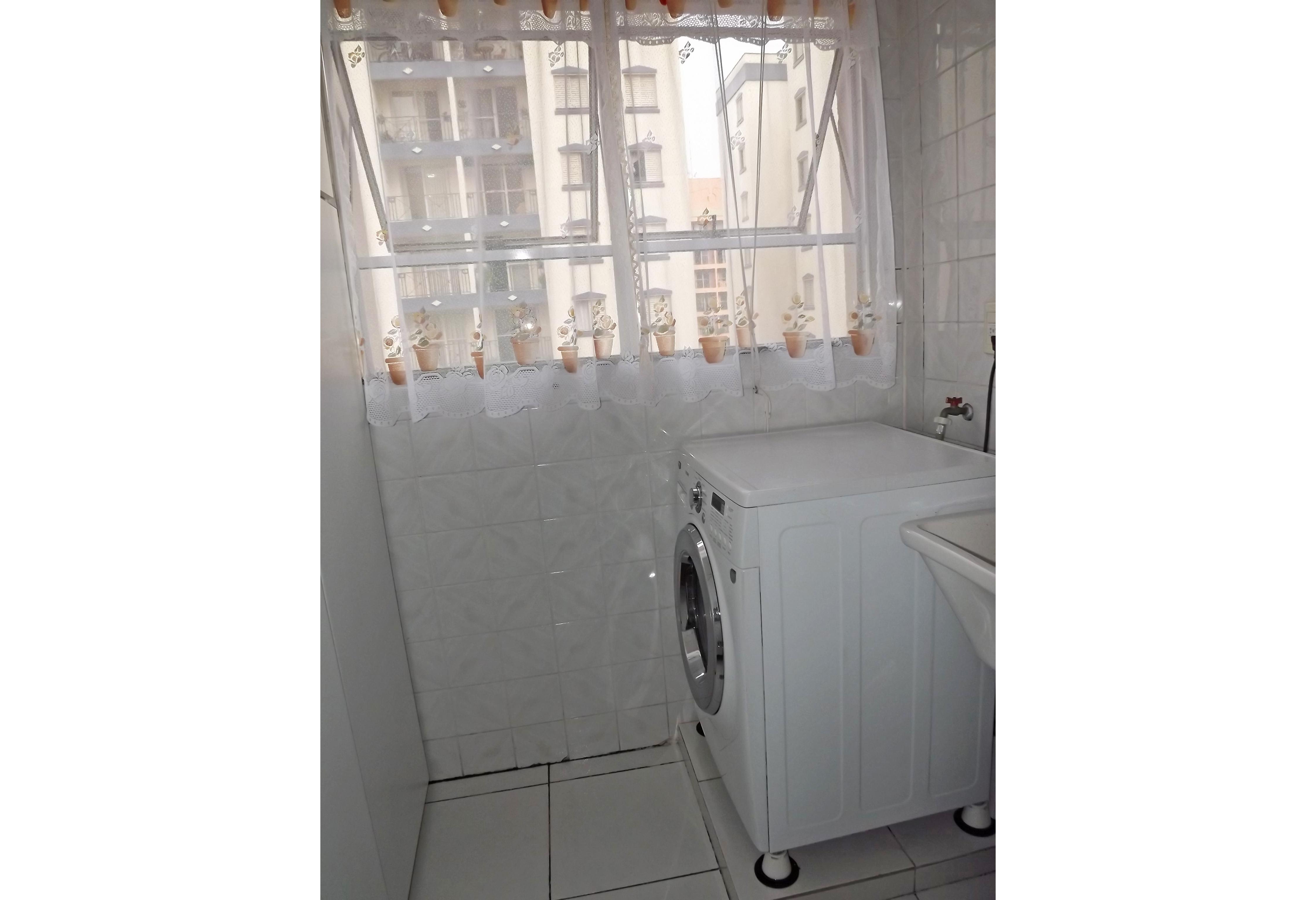 Sacomã, Apartamento Padrão-Área de serviço com piso de cerâmica, armários e janela.