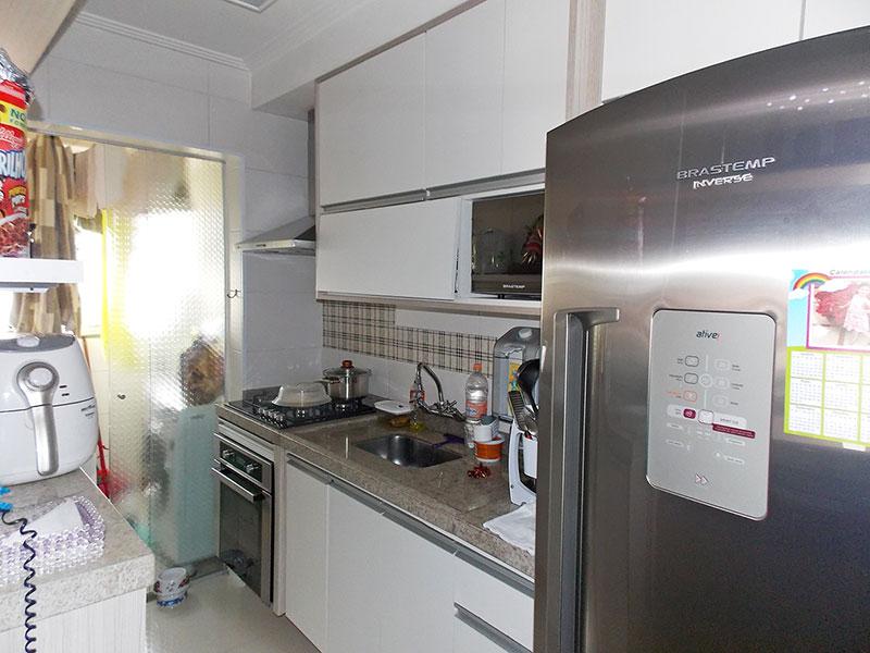 Sacomã, Apartamento Padrão-Cozinha americana com piso de porcelanato, teto com moldura de gesso, gabinete, cooktop, pia de granito e acesso a área de serviço.