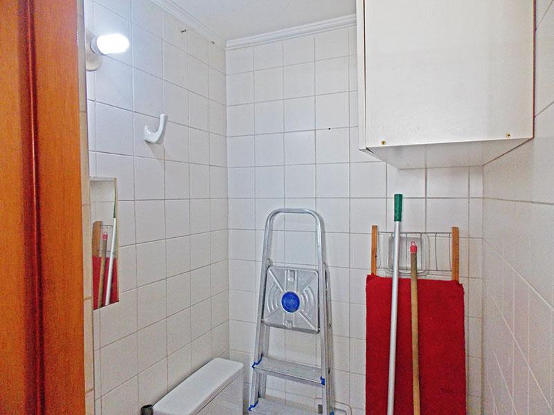 Jabaquara, Apartamento Padrão-Banheiro da Área de serviço com piso de cerâmica e teto com moldura de gesso.