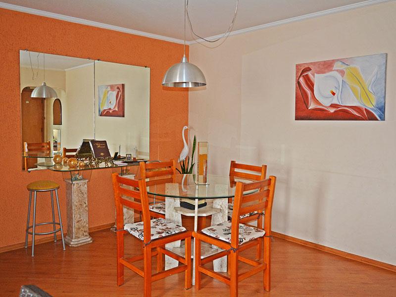 Ipiranga, Apartamento Padrão-Sala com piso de laminado e teto com moldura de gesso.