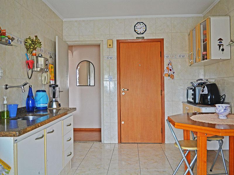 Ipiranga, Apartamento Padrão-Cozinha com piso de cerâmica, gabinete e pia de granito.