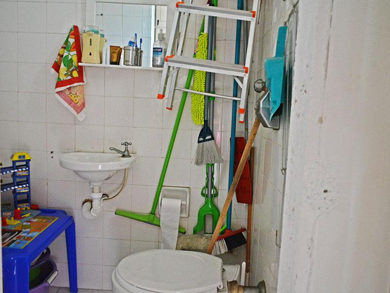 Ipiranga, Apartamento Padrão-Banheiro da área de serviço com piso de cerâmica e pia de porcelana.