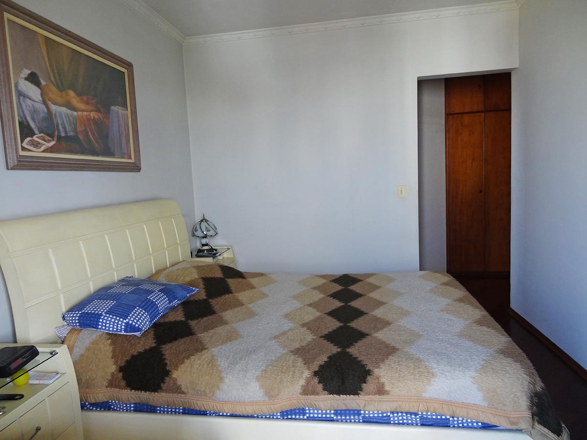 Ipiranga, Apartamento Padrão-Suíte com piso de madeira, teto com moldura de gesso, closet e acesso à sacada.