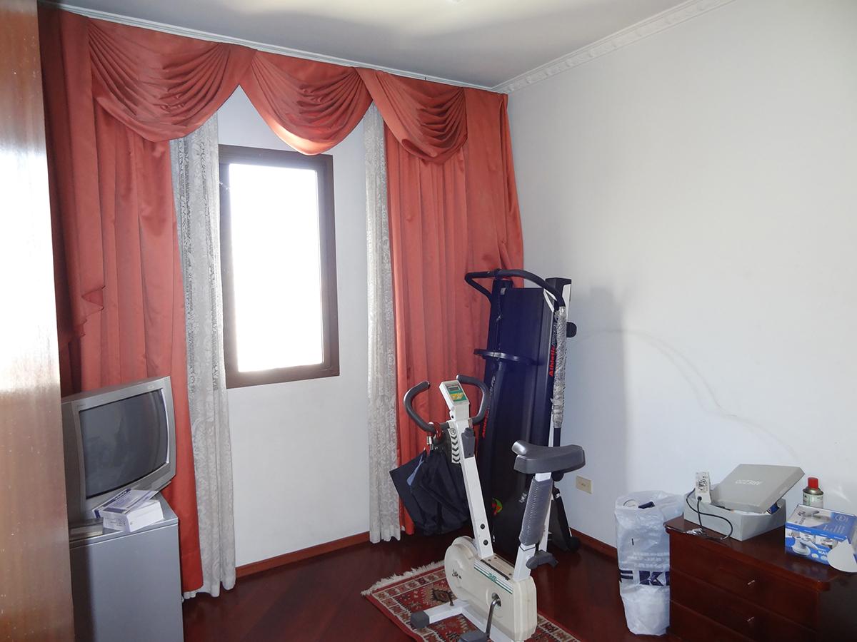Ipiranga, Apartamento Padrão-Segundo e terceiro dormitório com piso de madeira, teto com moldura de gesso e armários planejados.