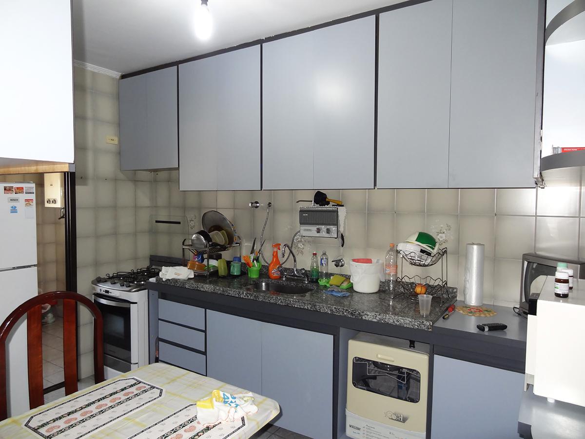 Ipiranga, Apartamento Padrão-Cozinha com piso de cerâmica, teto com moldura de gesso, armários planejados e pia de granito.