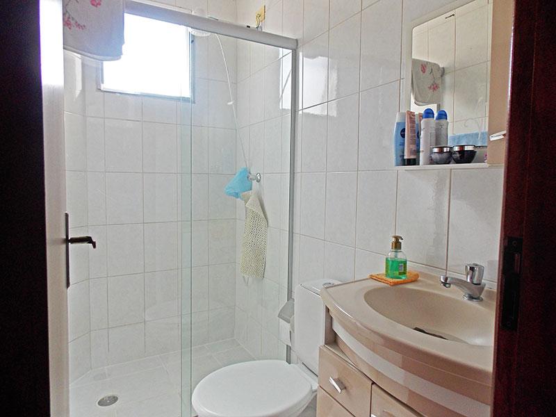 Jabaquara, Apartamento Padrão-Banheiro da suíte com piso de cerâmica, teto com moldura de gesso, gabinete, pia de nanoglass e box de vidro.