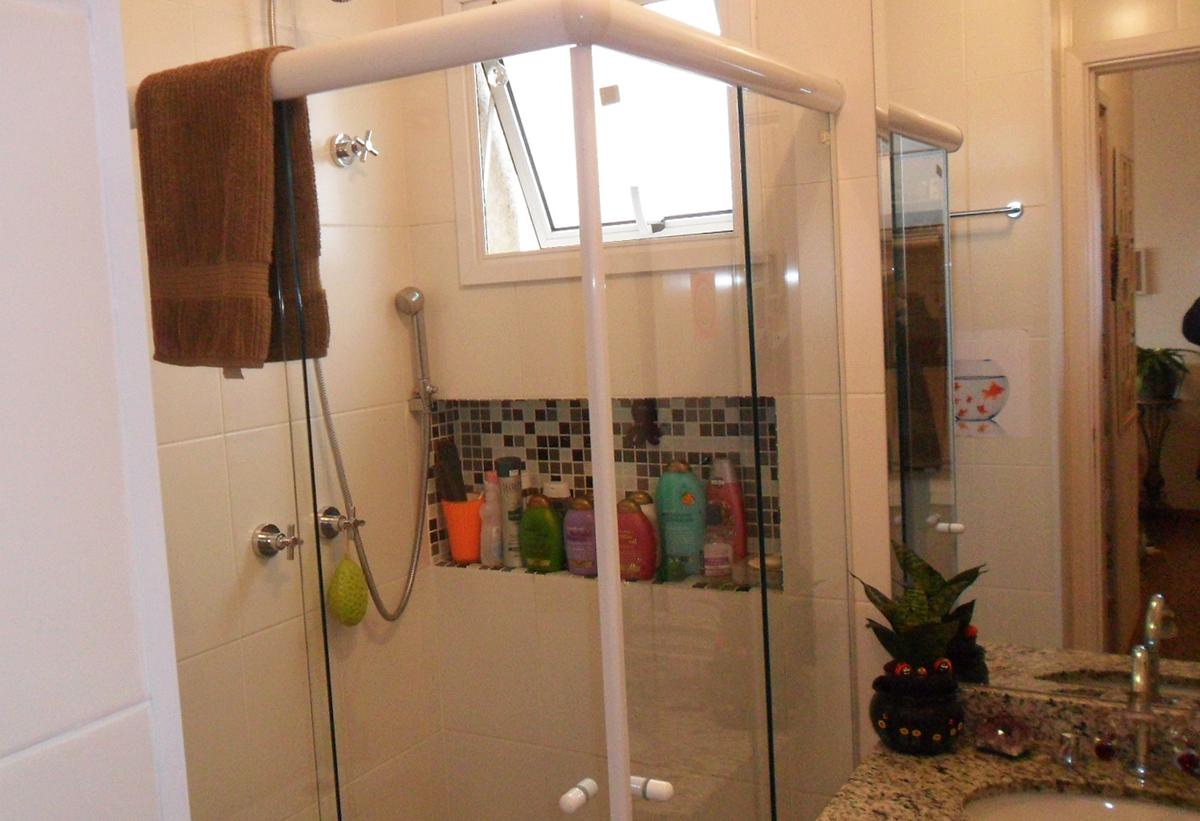 Sacomã, Apartamento Padrão-Banheiro social com piso de cerâmica, box de vidro e pia de granito com gabinete.