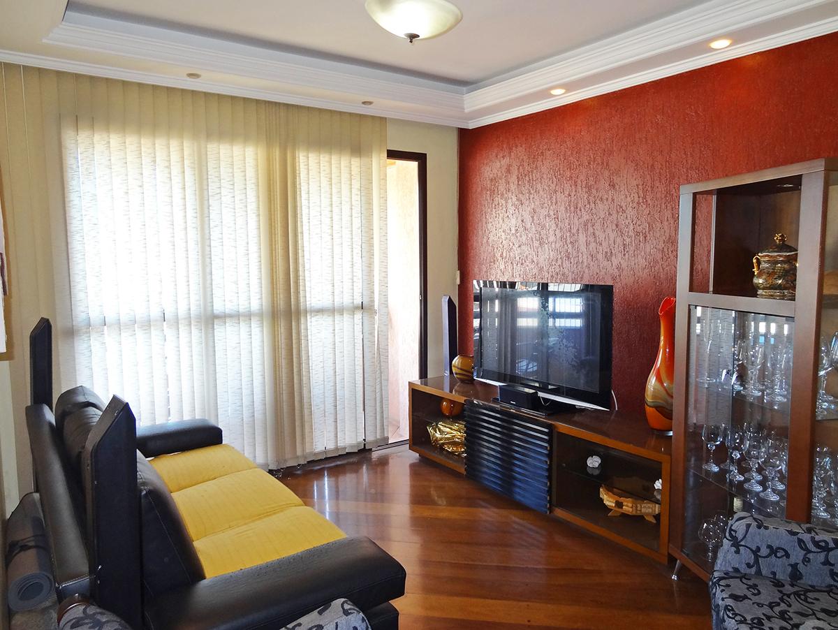 Jabaquara, Apartamento Padrão - Sala em L com dois ambientes, piso de carpete de madeira, teto com sanca de gesso, iluminação embutida e acesso à varanda.