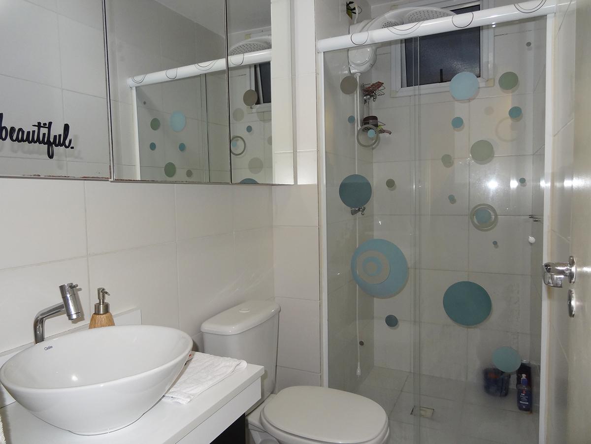 Sacomã, Apartamento Padrão-Banheiro social com piso de cerâmica, box de vidro e pia com cuba sobreposta de porcelana.