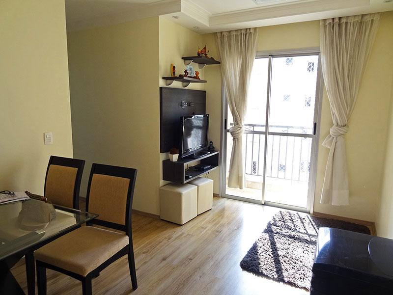 Sacomã, Apartamento Padrão-Sala retangular com piso laminado, teto com sanca de gesso, iluminação embutida, cortineiro e acesso à varanda.