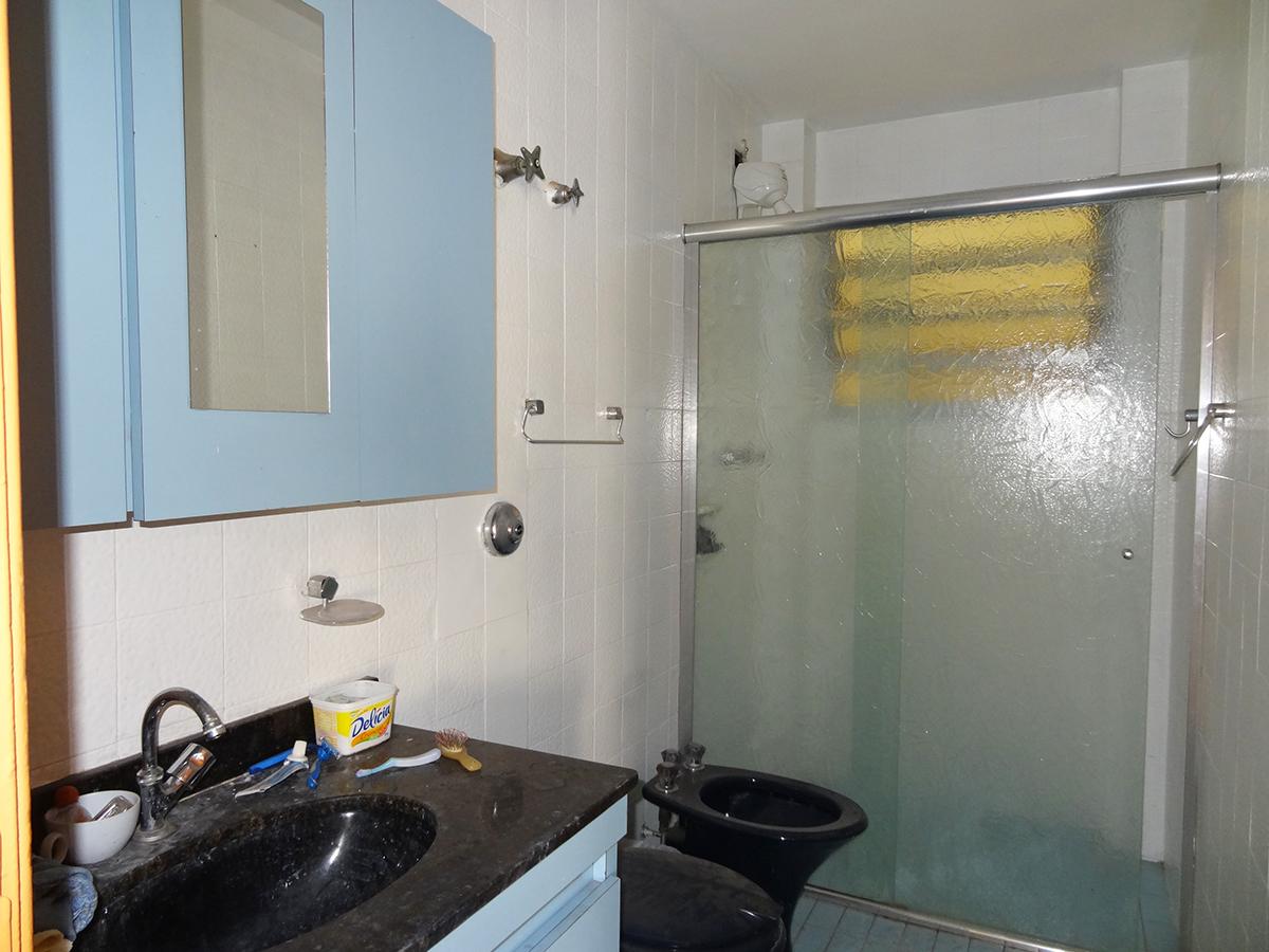 Ipiranga, Apartamento Padrão-BANHEIRO SOCIAL COM PISO DE CERÂMICA, BOX DE VIDRO E PIA DE GRANITO COM GABINETE.
