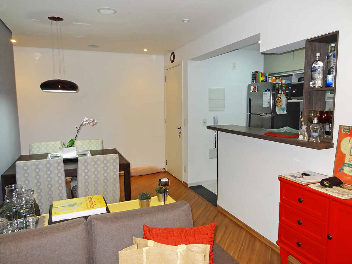 Sacomã, Apartamento Padrão-Sala retangular com dois ambientes, piso laminado, teto rebaixado com iluminação embutida e varanda integrada.