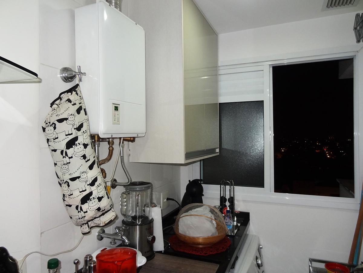 Sacomã, Apartamento Padrão-Área de serviço com piso de cerâmica, armários, bancada de granito e aquecedor de passagem.