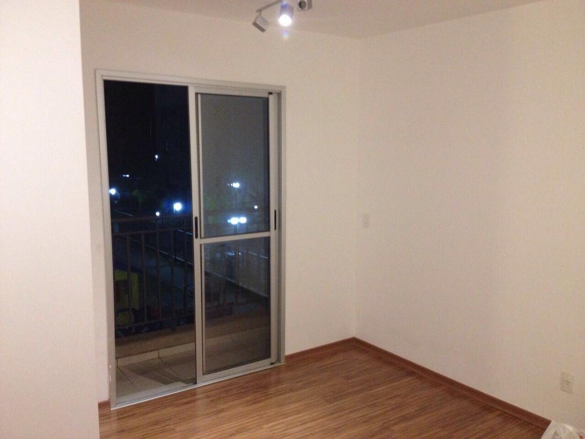 Sacomã, Apartamento Padrão - Sala em L com dois ambientes, piso laminado, papel de parede e acesso à varanda.