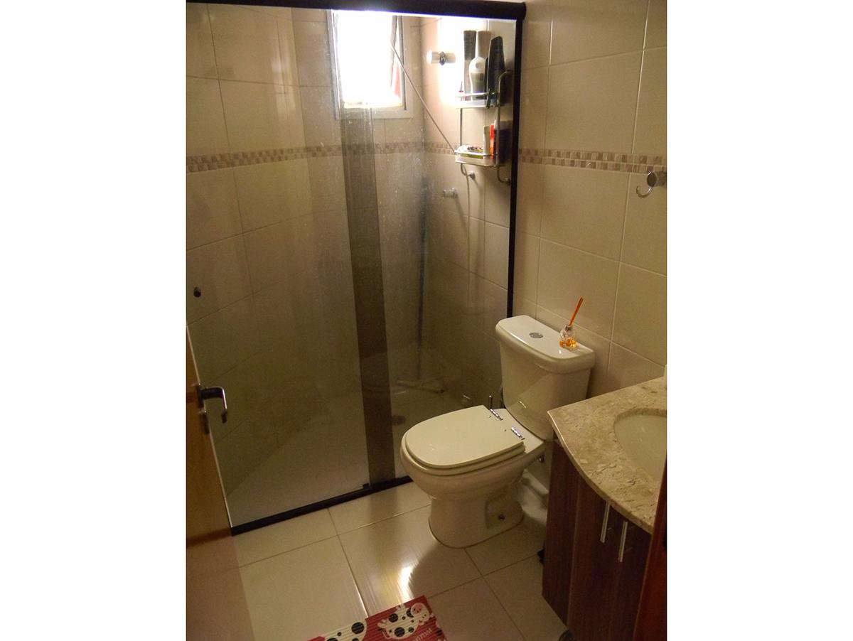 Jabaquara, Apartamento Padrão-Banheiro social com piso de cerâmica, box de vidro e pia de granito com gabinete.