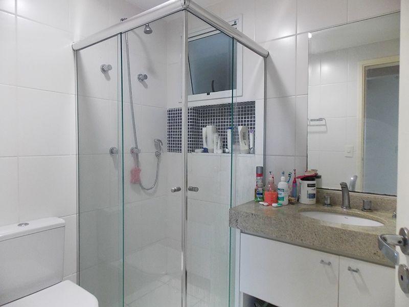 Jabaquara, Apartamento Padrão-Banheiro da suíte e social com piso de cerâmica, box de vidro e pia de granito com gabinete.