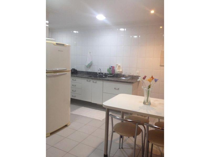 Ipiranga, Apartamento Padrão-Cozinha com piso de cerâmica, teto com moldura de gesso, iluminação embutida e pia de granito com gabinete.