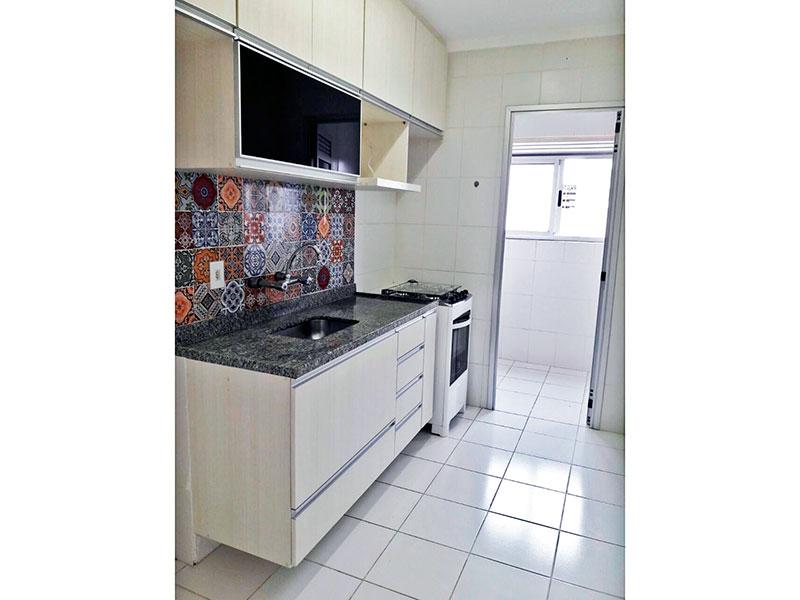 Sacomã, Apartamento Padrão-Cozinha americana com piso de cerâmica, teto com moldura de gesso, armários planejados, gabinete, pia de granito e acesso a área de serviço.