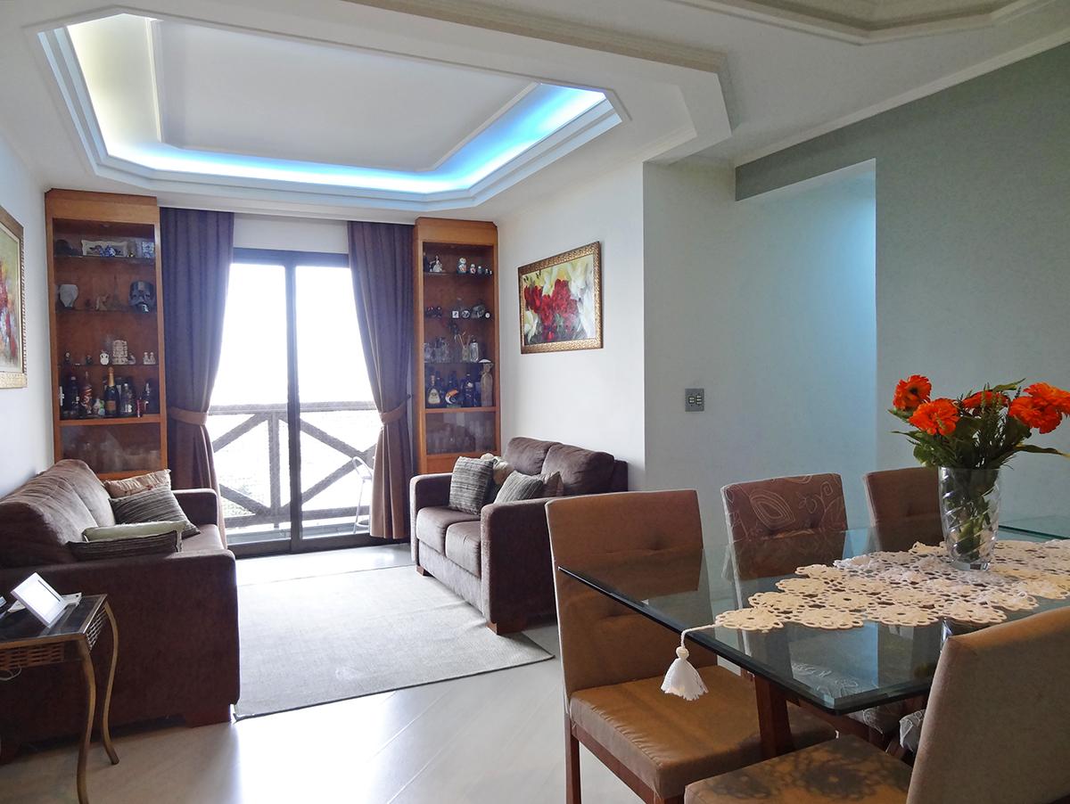 Sacomã, Apartamento Padrão-Sala em L com dois ambientes, piso laminado, teto com sanca de gesso, iluminação embutida, móveis planejados e acesso à sacada.