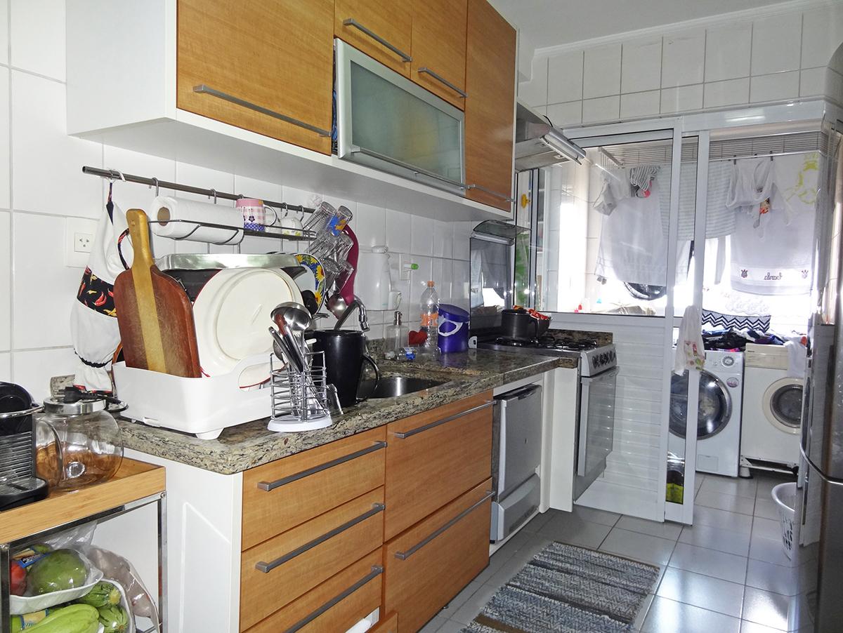 Ipiranga, Apartamento Padrão-Cozinha com piso de cerâmica, teto com moldura gesso, armários planejados e pia de granito.