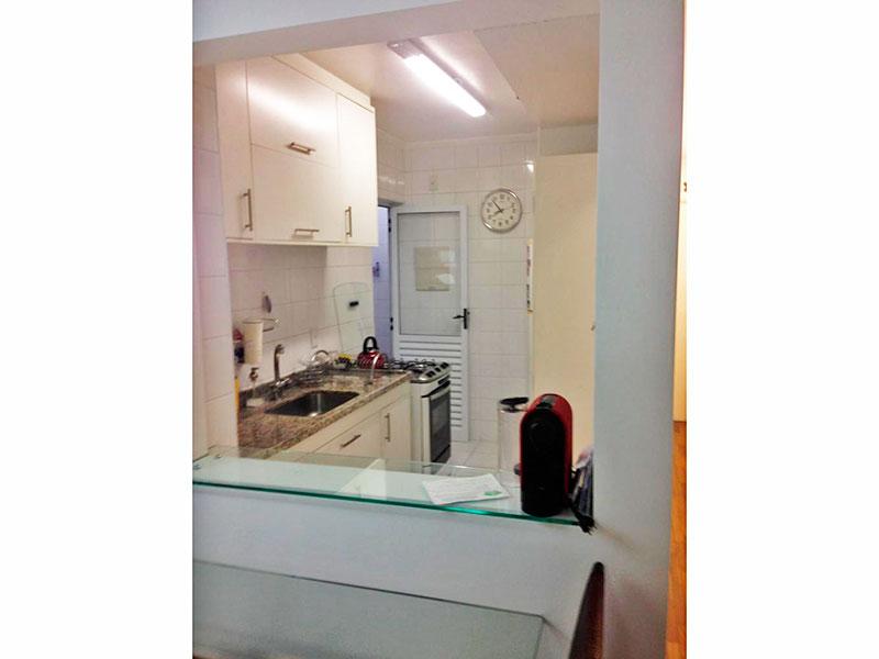 Ipiranga, Apartamento Padrão-Cozinha americana com piso de cerâmica, teto com moldura de gesso, armários planejados, gabinete, pia de granito e acesso a área de serviço.