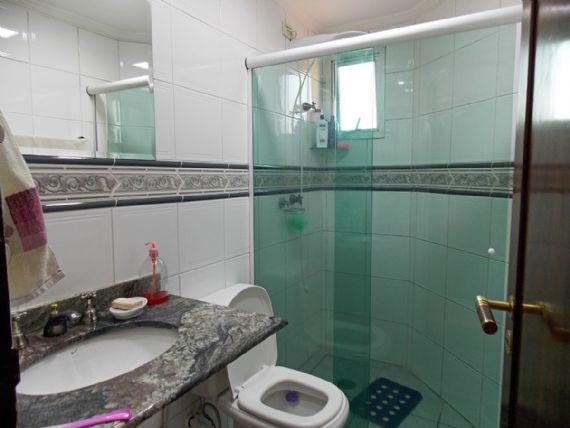 Jabaquara, Apartamento Padrão-Banheiro social com piso de cerâmica, teto com moldura de gesso, box de vidro e pia de mármore.