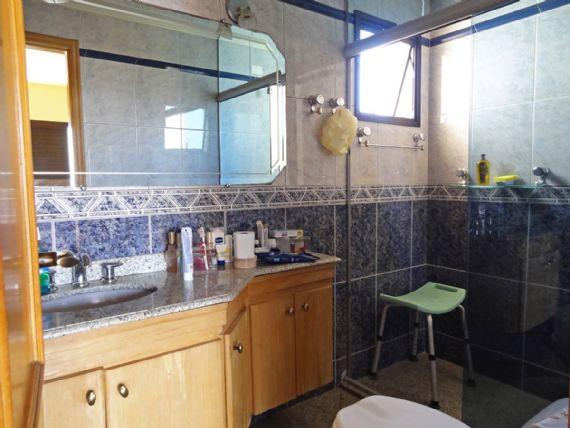 Ipiranga, Apartamento Padrão-Banheiro da suíte e social com box de vidro e pia de granito com gabinete.