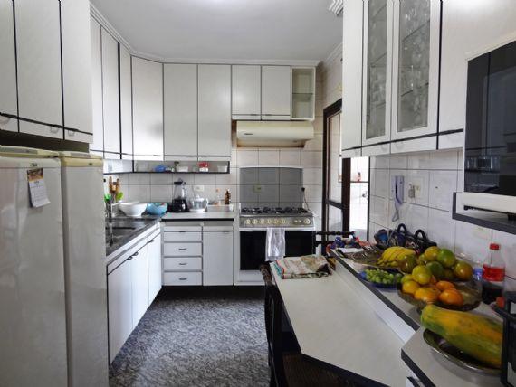 Ipiranga, Apartamento Padrão-Cozinha com piso de granito, teto com moldura de gesso, armários planejados e pia de granito.