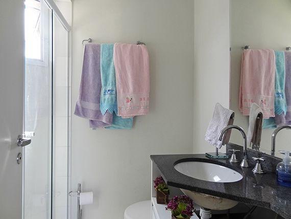 Jabaquara, Apartamento Padrão-Banheiro da suíte e social com box de vidro e pia de granito.