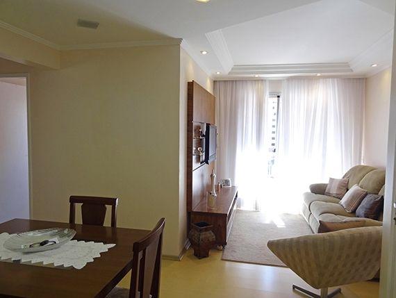 Ipiranga, Apartamento Padrão - Sala em L com dois ambientes, piso laminado, teto com sanca de gesso, iluminação embutida e acesso à varanda.