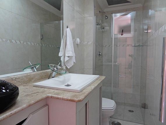 Ipiranga, Apartamento Padrão-Banheiro social com piso de cerâmica, box de vidro e pia de mármore com cuba de porcelana e torneira cascata.