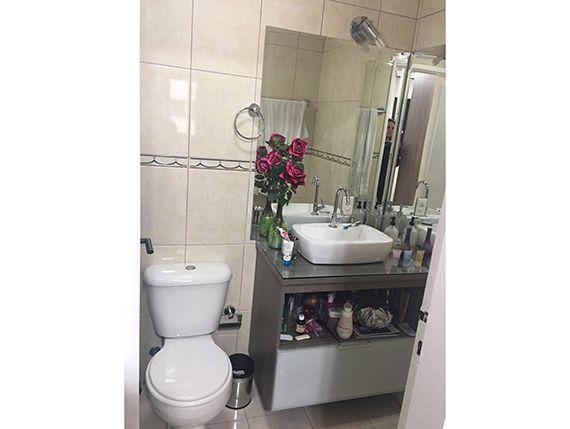 Sacomã, Apartamento Padrão-Banheiro da suíte e social com piso de cerâmica, box de vidro e pia com cuba sobreposta de porcelana.