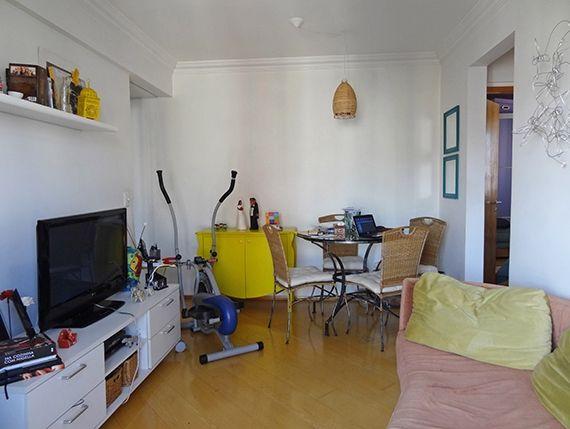 Sacomã, Apartamento Padrão-Sala com piso de laminado, teto com moldura de gesso e acesso à varanda.