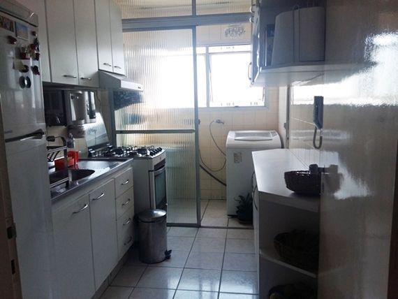 Ipiranga, Apartamento Padrão-Cozinha com piso de cerâmica, armários planejados e pia de aço inox.