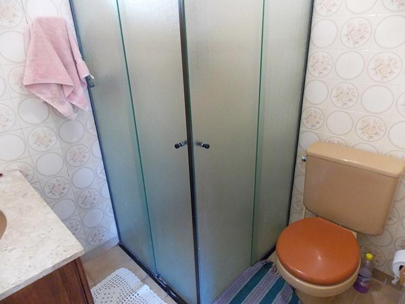 Sacomã, Apartamento Padrão-Banheiro social com piso de cerâmica, box de vidro e pia de mármore com gabinete.