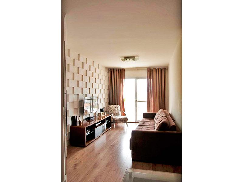 Sacomã, Apartamento Padrão - Sala com piso de carpete de madeira, teto com moldura de gesso e acesso a varanda.