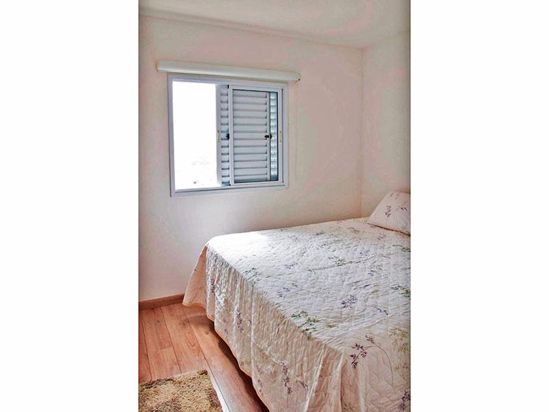 Sacomã, Apartamento Padrão-Suíte com piso de carpete de madeira e armários planejados.