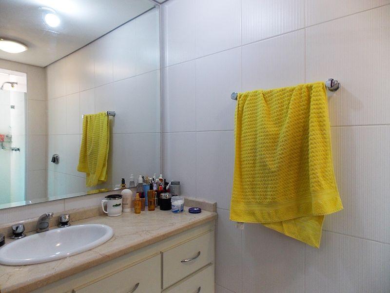 Ipiranga, Apartamento Padrão-Banheiro da suíte e social com piso de cerâmica, box de vidro e pia de mármore com gabinete.