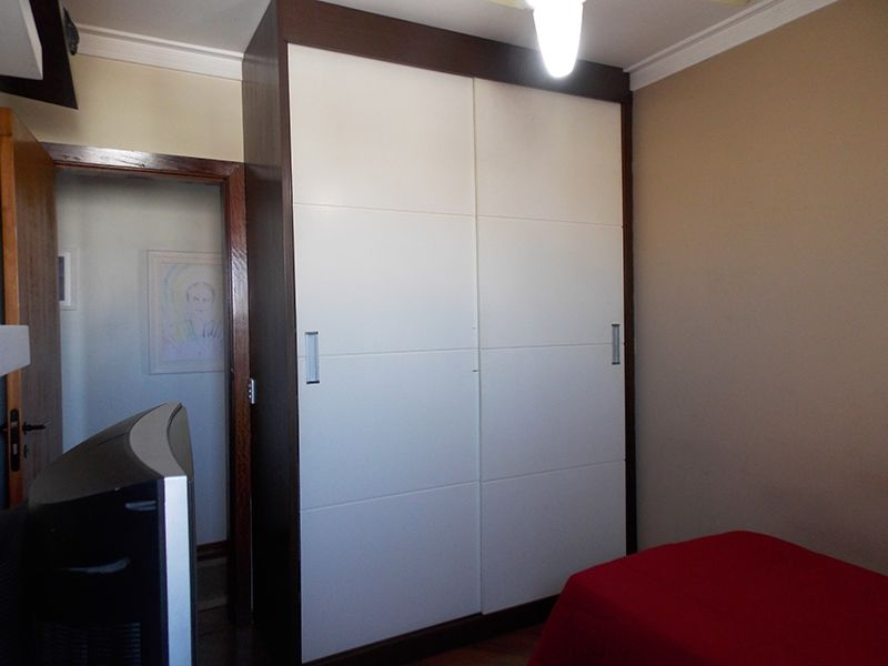 Ipiranga, Apartamento Padrão-Segundo e terceiro dormitório com piso laminado, teto com moldura de gesso e armários planejados.