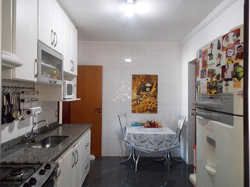 Ipiranga, Apartamento Padrão-Cozinha com piso de porcelanato, teto com moldura de gesso, despensa, armários planejados e pia de granito.