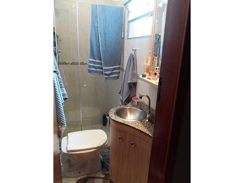 Jabaquara, Casa Térrea-Banheiro da suíte e social com piso de cerâmica, box de vidro e pia de granito.