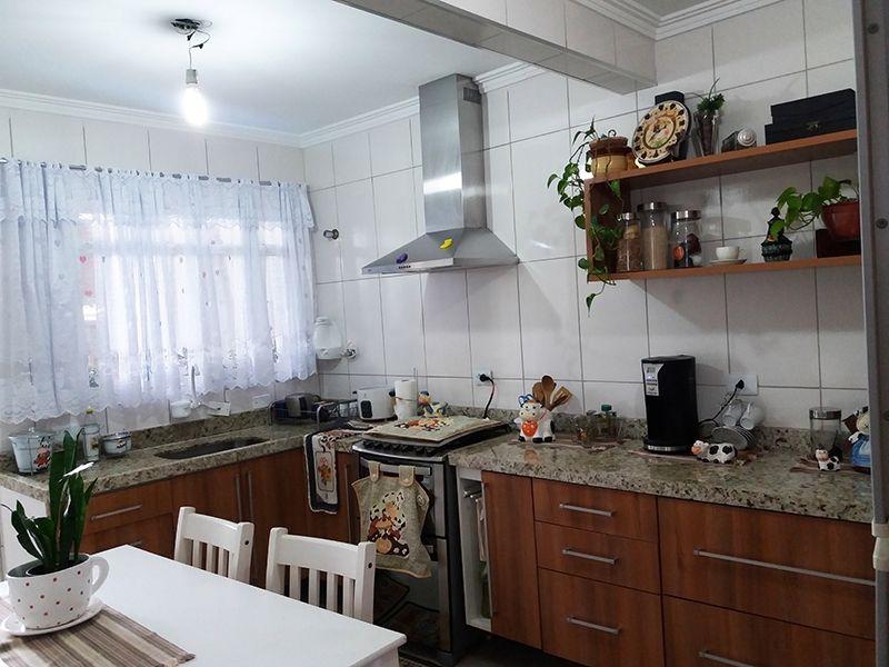 Jabaquara, Casa Térrea-Cozinha com piso de porcelanato, teto com moldura de gesso, armários planejados e pia de granito.