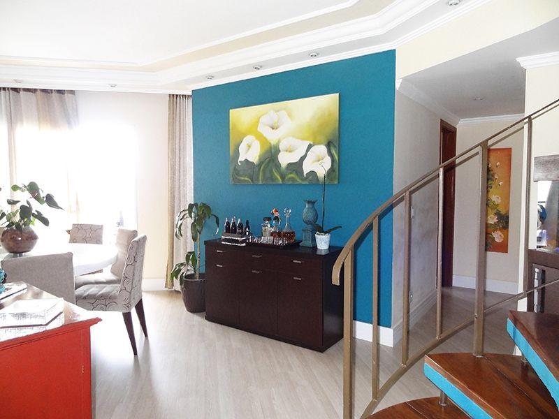 Ipiranga, Cobertura Duplex-Sala com dois ambientes, piso laminado, teto com sanca de gesso, iluminação embutida, cortineiro e acesso à varanda.
