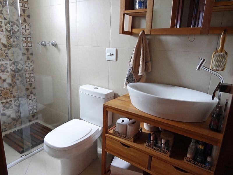 Ipiranga, Cobertura Duplex-Banheiro social com piso de cerâmica, box de vidro e pia com bancada de madeira e cuba sobreposta de porcelana.