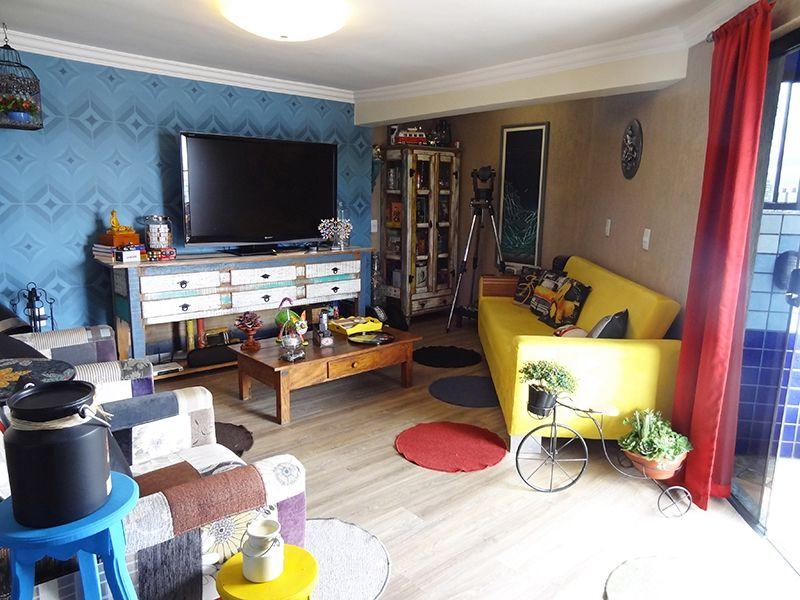 Ipiranga, Cobertura Duplex-Sala do piso superior com piso laminado, teto com moldura de gesso, lareira, papel de parede e acesso ao terraço.